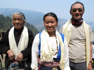Dali (centre) with her Mum and brother Ngima Sherpa